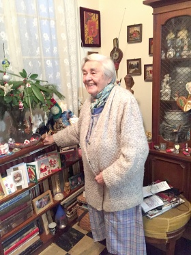 IMG_2968 Louise in her living room sm